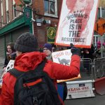 """Κάποιος διαδηλωτής κρτάει πικέτα με την πριγκίπισσα Leia σε ασπροκόκκινη φωτο και λεζάντα: Woman's place is in the resistance"""""""