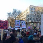 """Ανάμεσα σε άλλους διαδηλωτές κάποιοι κρατάνε δύο ίδιες πικέτες: Ασπρόμαυρη φωτογραφία της πριγκίπισσας Leia με τη λεζάντα """"We are the resistance"""""""